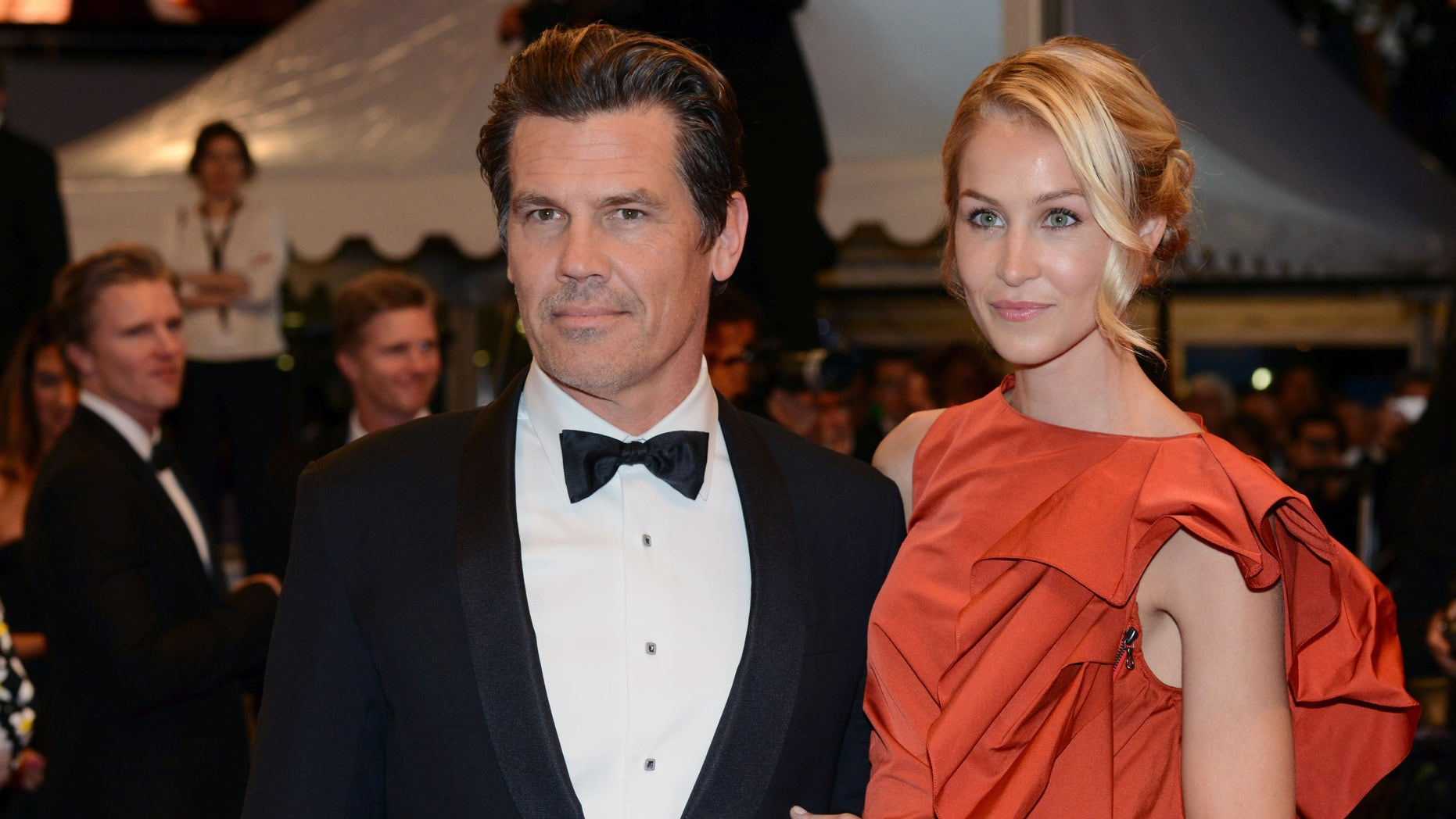 """Josh Brolin (L) and his then-girlfriend Kathryn Boyd pose on the red carpet as they leave after the screening of the film """"Sicario"""" in competition at the 68th Cannes Film Festival in Cannes, southern France, May 19, 2015."""