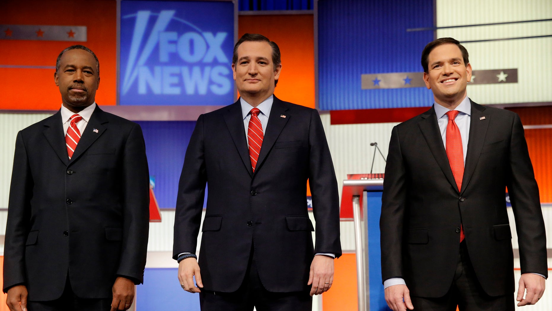 Republican U.S. presidential candidates (L-R) Dr. Ben Carson, Senator Ted Cruz and Senator Marco Rubio stand together onstage at the start of the debate held by Fox News for the top 2016 U.S. Republican presidential candidates in Des Moines, Iowa January 28, 2016. REUTERS/Jim Young