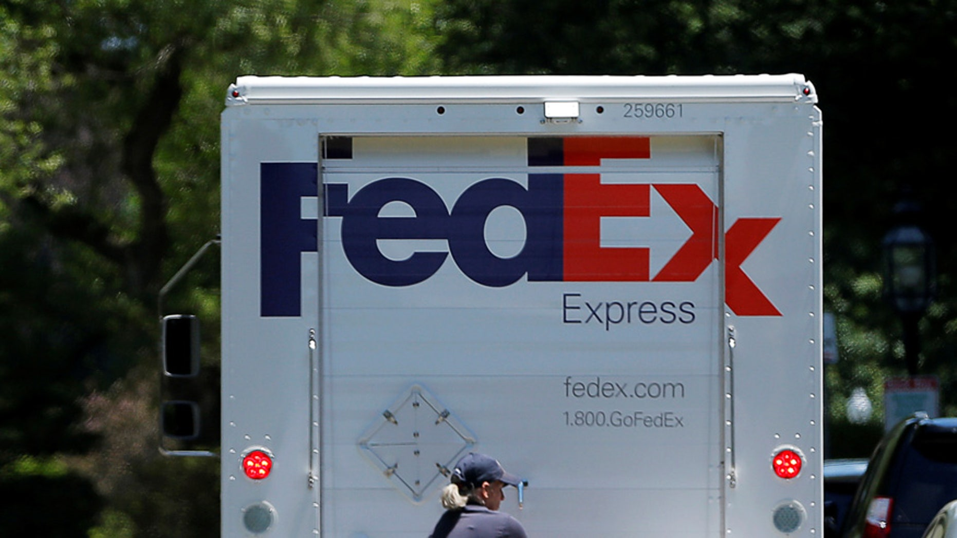 A Fedex driver delivers packages in Boston, Massachusetts, U.S. June 15, 2016.  REUTERS/Brian Snyder - RTX2GFDA