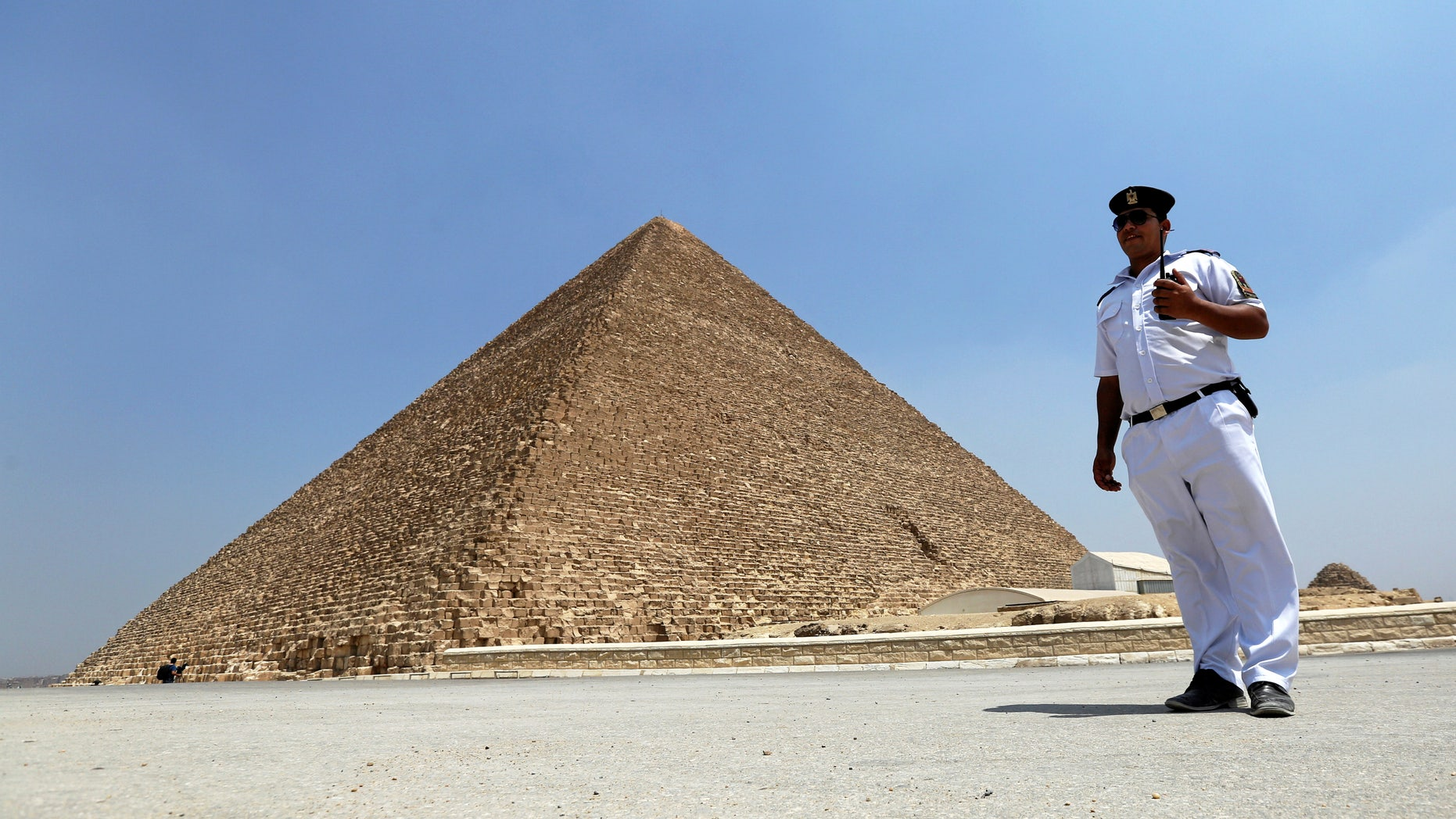 A policeman stands guard in front of the Pyramid of Khufu, the largest of the Great Pyramids of Giza, on the outskirts of Cairo, Egypt, August 31, 2016. (REUTERS/Mohamed Abd El Ghany)