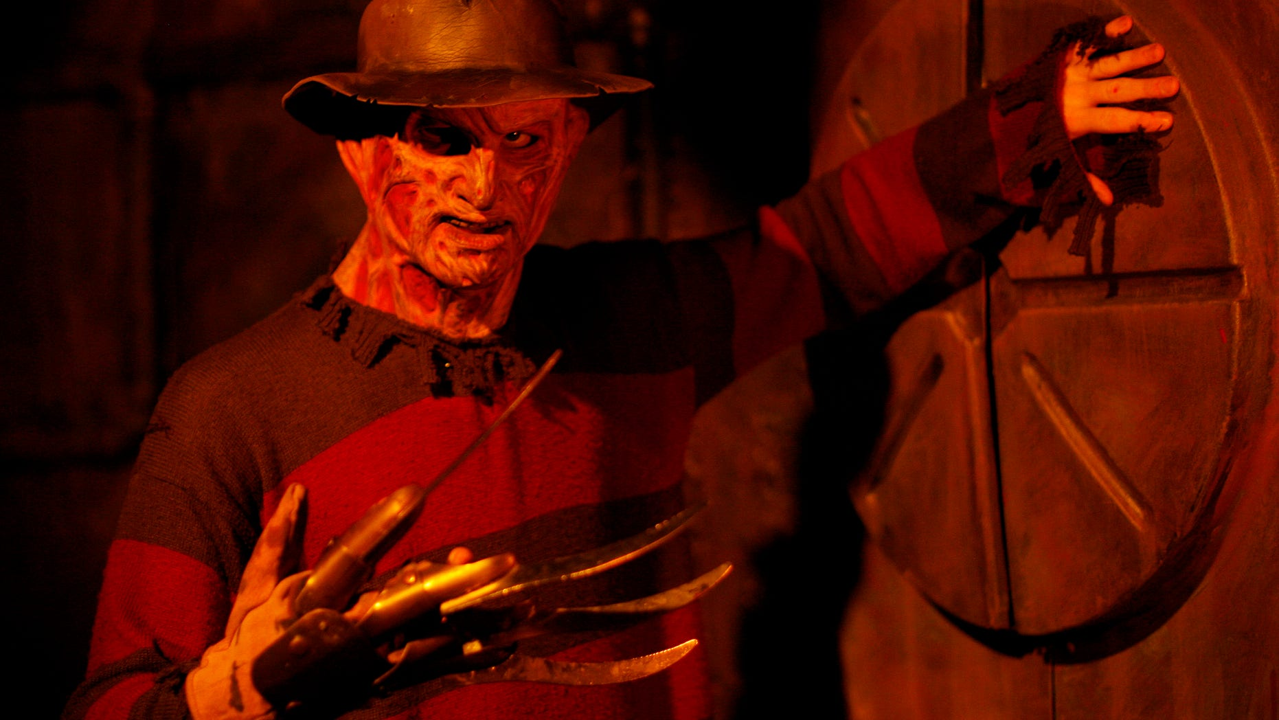 A man dressed as Freddie Krueger stands inside the Blood Manor in New York October 30, 2008. Blood Manor is a haunted attraction that is comprised of 5,000 square feet of themed corridors and passageways.  REUTERS/Shannon Stapleton (UNITED STATES) - RTXA3EL