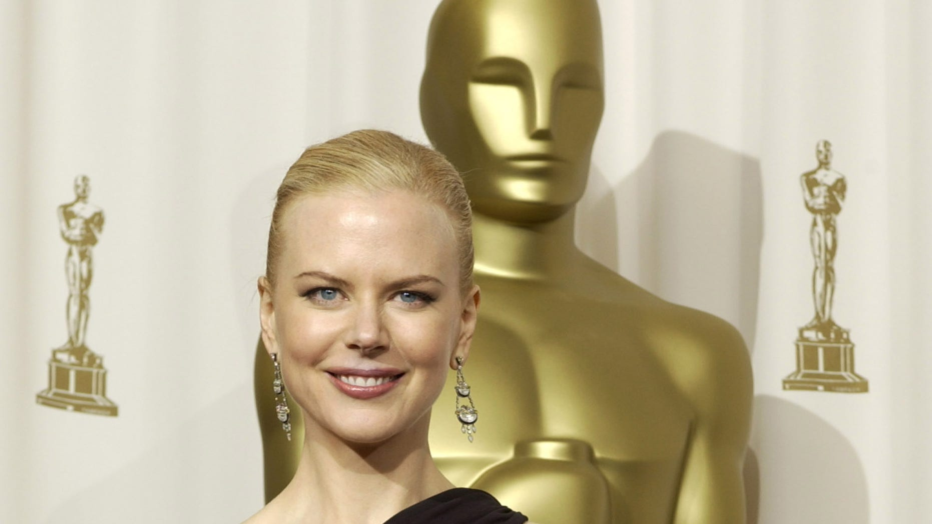"""Nicole Kidman poses with her Oscar statue for the Academy Award for best actress she won for her role in """"The Hours"""" at the 75th annual Academy Awards at the Kodak Theatre in Hollywood, March 23, 2003."""