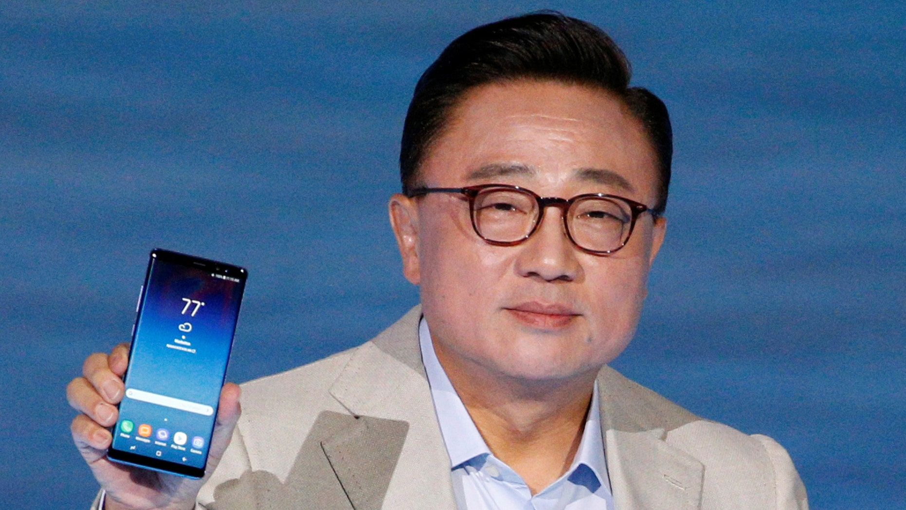 D.J. Koh, president of Samsung Electronics' Mobile Communications holds the Galaxy Note 8 smartphone during a launch event in New York City, U.S., August 23, 2017. (REUTERS/Brendan McDermid)