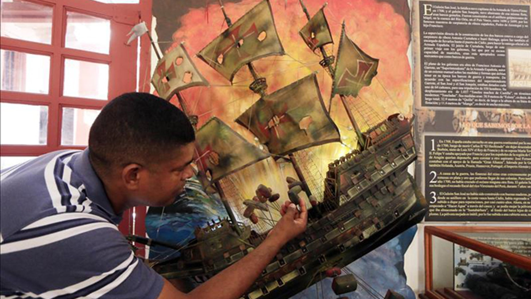 A tourist views a replica of the Spanish galleon San Jose, of which the original was found shipwrecked in Colombian waters last Nov. 27 and whose ownership is to be discussed through diplomatic channels by the foreign ministers of Spain and Colombia. (Photo: EFE/File)