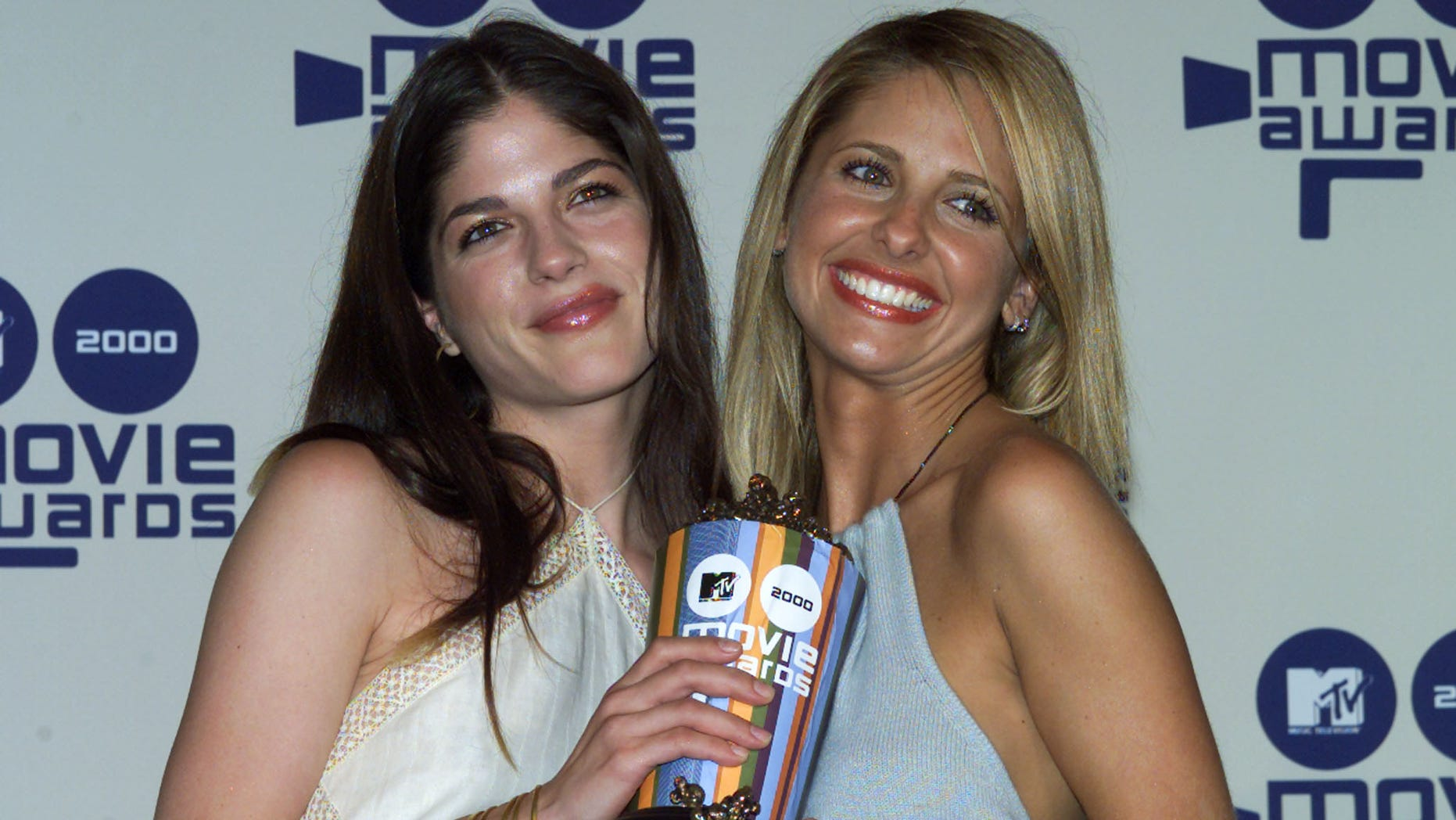 """Actresses Selma Blair (L) and  Sarah Michelle Gellar, co-stars of the film """"Cruel Intentions"""" pose with their award for Best Screen Kiss at the 2000 MTV Movie Awards taping, June 3 in Los Angeles. The awards show will be telecast on the MTV Network June 8 in the United States. - RTXJS64"""