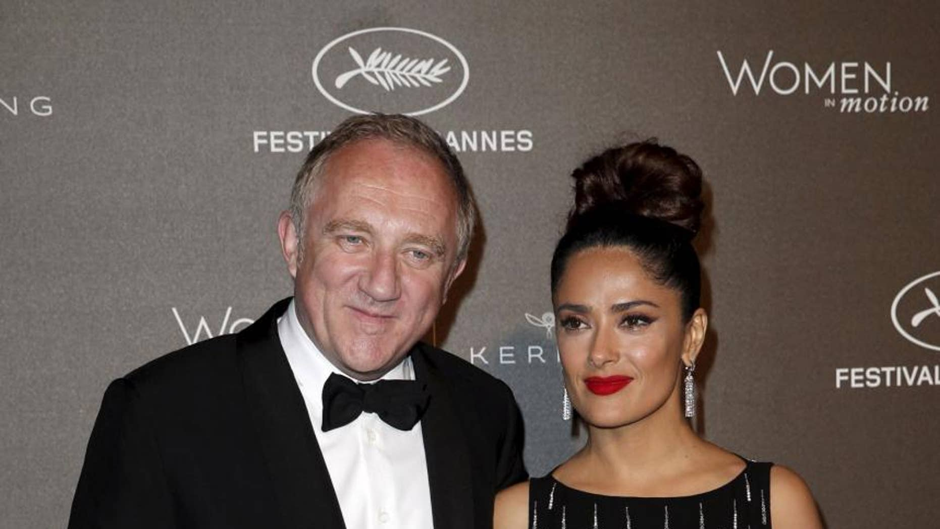 French billionaire François-Henri Pinault, who is married to Salma Hayek, pledged $ 113 million for reconstruction efforts following a fire that ruled in the Notre Dame Cathedral in Paris, causing major cushions and collapses in the structure's main spire.