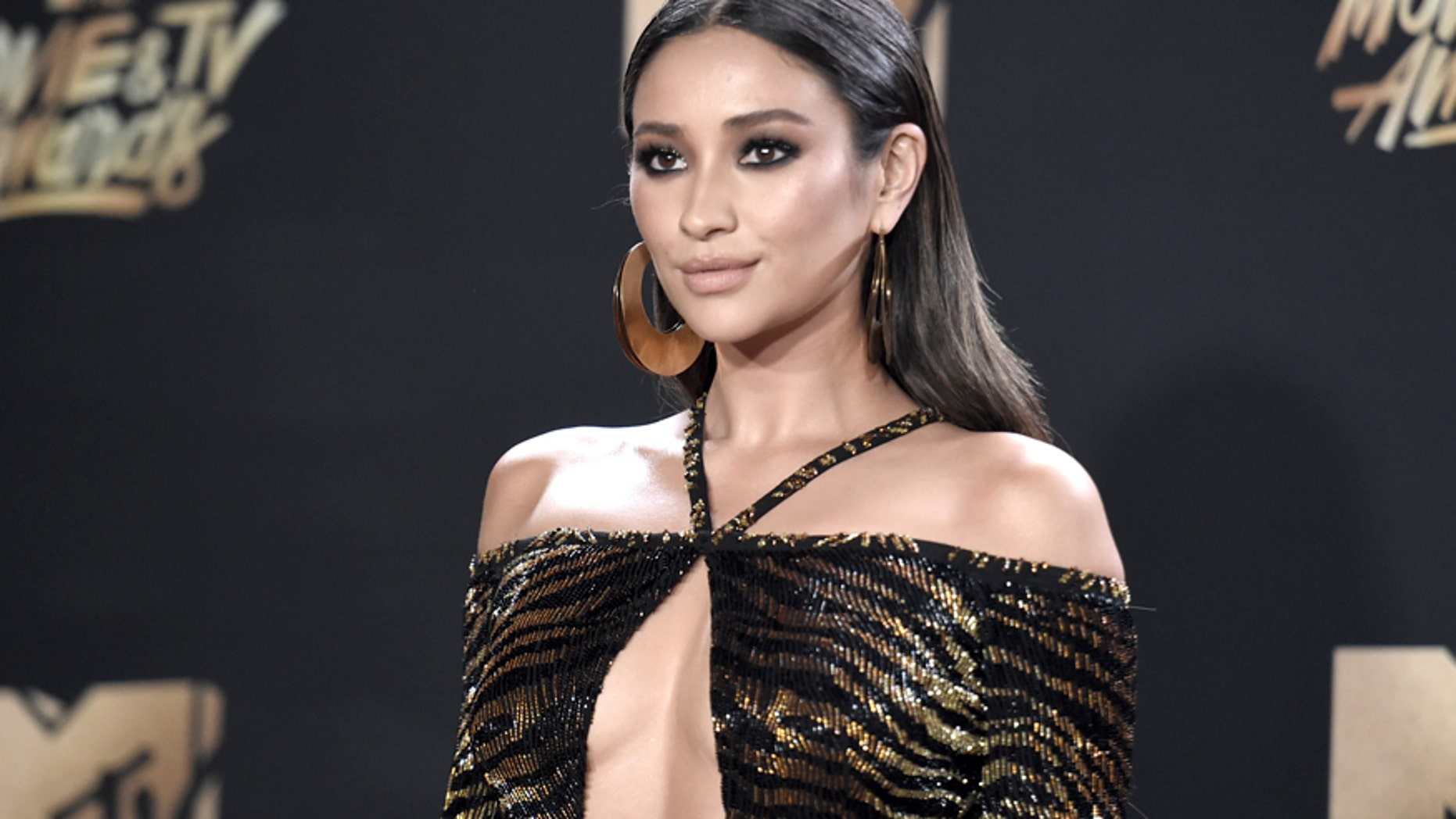 "The ""Pretty Little Liars"" actress struggled as MTV's live stream red carpet host May 7, 2017. At one point, Mitchell didn't realize the cameras were still rolling and she said, ""I just f--ked up that last teleprompter."" According to <a href=""http://www.refinery29.com/2017/05/153331/mtv-movie-tv-awards-red-carpet-mic-tech-issues"" target=""_blank"">Refinery29</a>, the actress also repeated the best Movie of the Year segment two times."