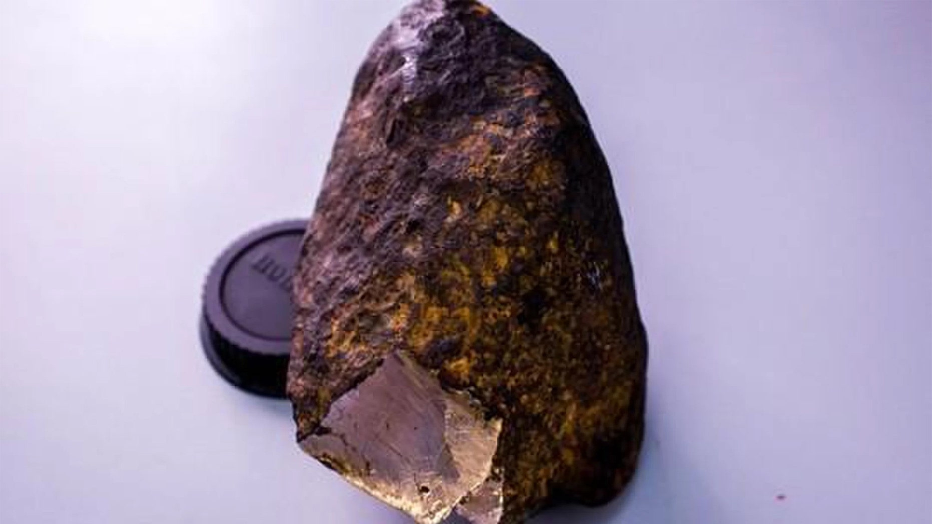 Scientists discovered a new mineral in the Uakit meteorite. Credit: webmineral.ru