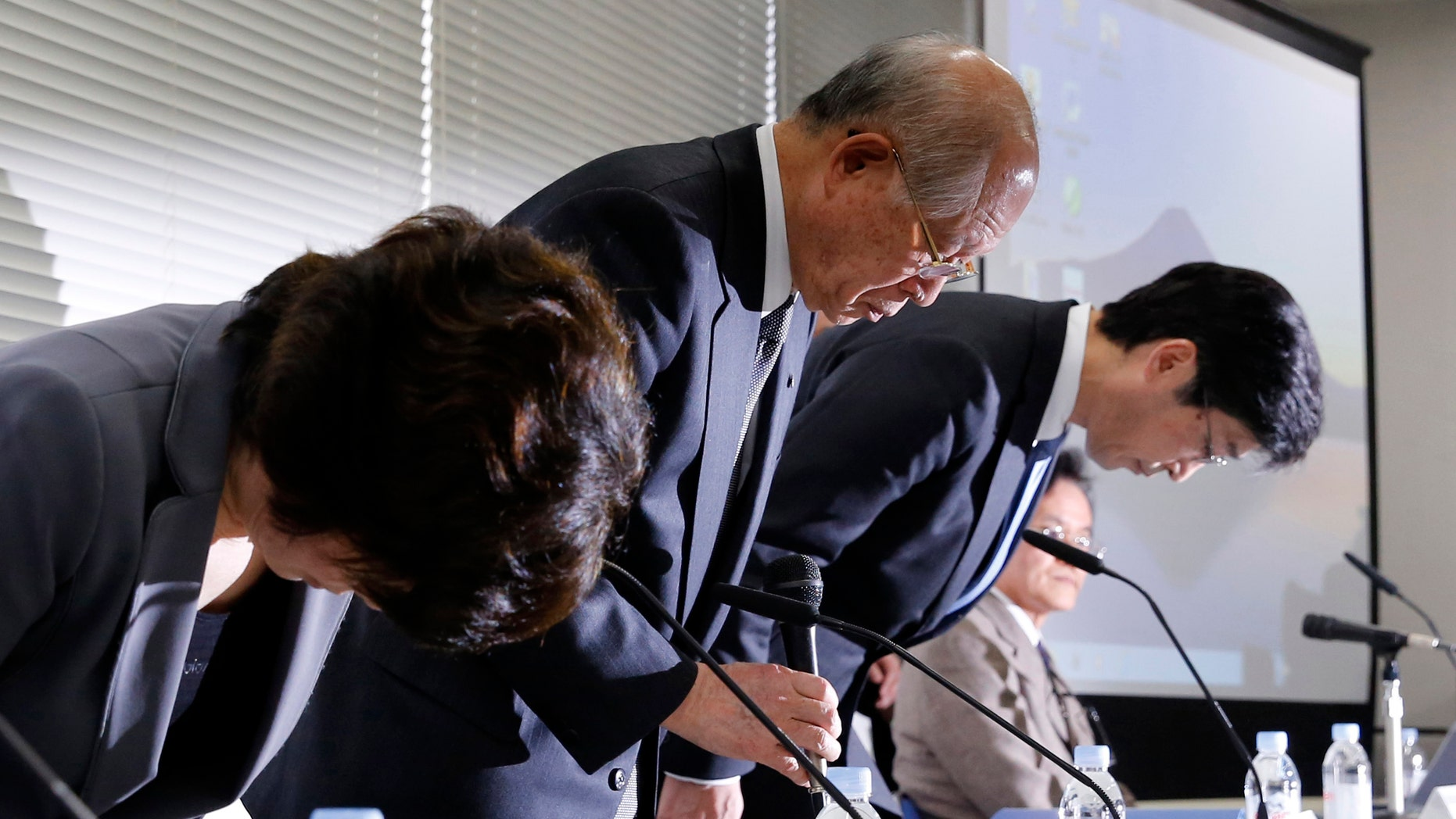 Nobel Prize-winning chemist and President of Japanese research institute Riken, Ryoji Noyori (C) bows with other Riken executives during a news conference in Tokyo March 14, 2014 after apologizing for what they called 'grave mistakes' in their stem-cell study published in Nature magazine. (REUTERS/Toru Hanai)