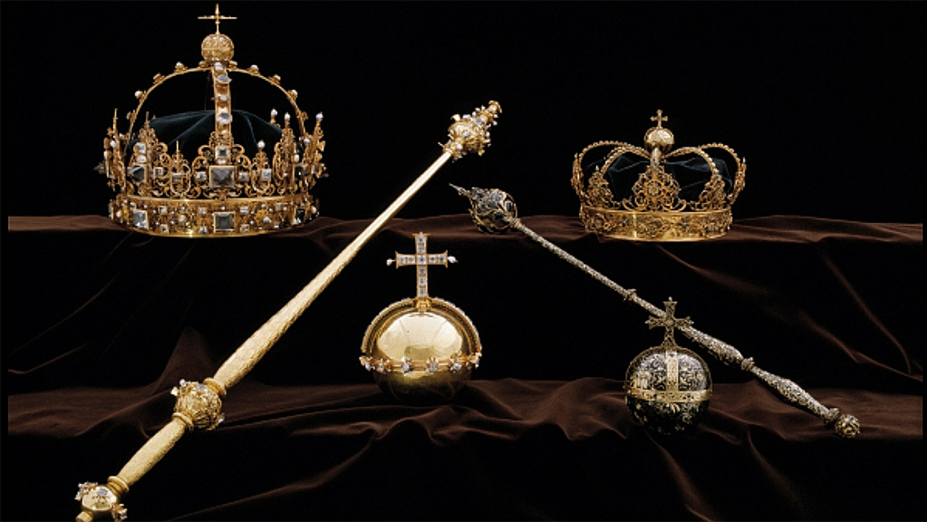 Two crowns, one belonging to King Karl IX, the other to Queen Kristina, were stolen by two thieves on Tuesday, according to police.