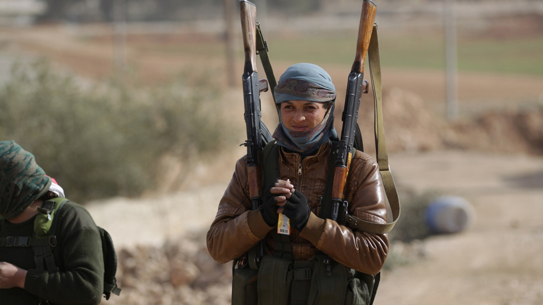 A rebel fighter carries his weapons on the outskirts of the northern Syrian town of al-Bab, Syria January 26, 2017. REUTERS/Khalil Ashawi - RTSXILL