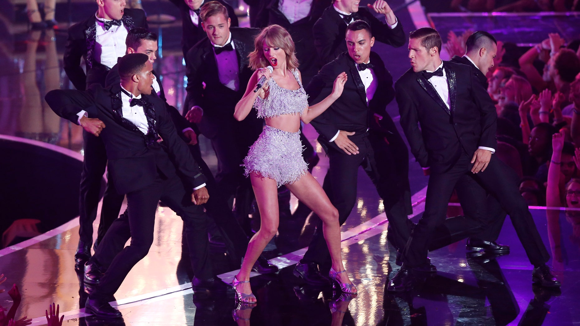"""Taylor Swift performs """"Shake It Off"""" during the 2014 MTV Video Music Awards in Inglewood, California August 24, 2014.   REUTERS/Mario Anzuoni (UNITED STATES  - Tags: ENTERTAINMENT TPX IMAGES OF THE DAY)   (MTV-SHOW) - RTR43KDN"""