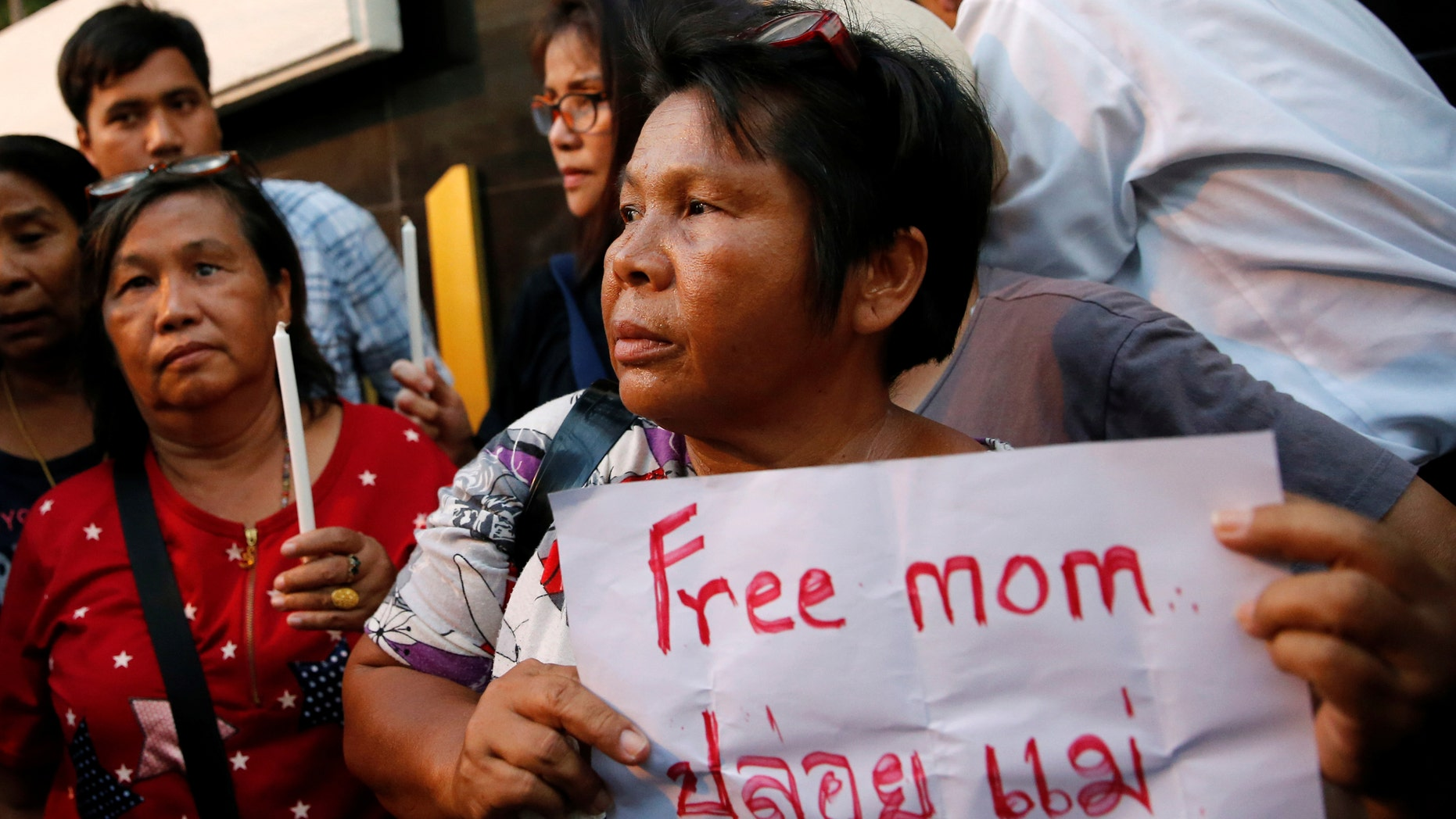 People take part in a demonstration asking for the release of Patnaree Chankij, mother of anti-junta activist Sirawith Seritiwat, in Bangkok, Thailand May 7, 2016. (REUTERS/Jorge Silva)