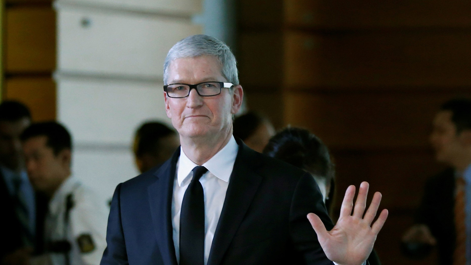 Apple Inc CEO Tim Cook waves after meeting with Japan's Prime Minister Shinzo Abe at Abe's official residence in Tokyo, Japan, October 14, 2016. (REUTERS/Toru Hanai)