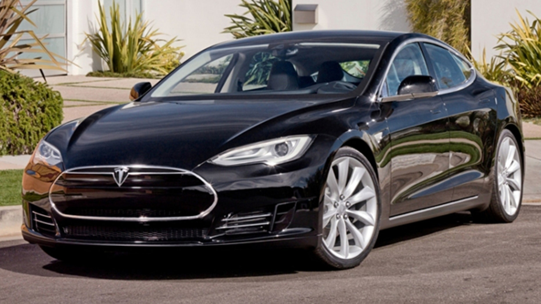 Tesla Model S Boasts 320 Mile Range One Hour Recharge Time