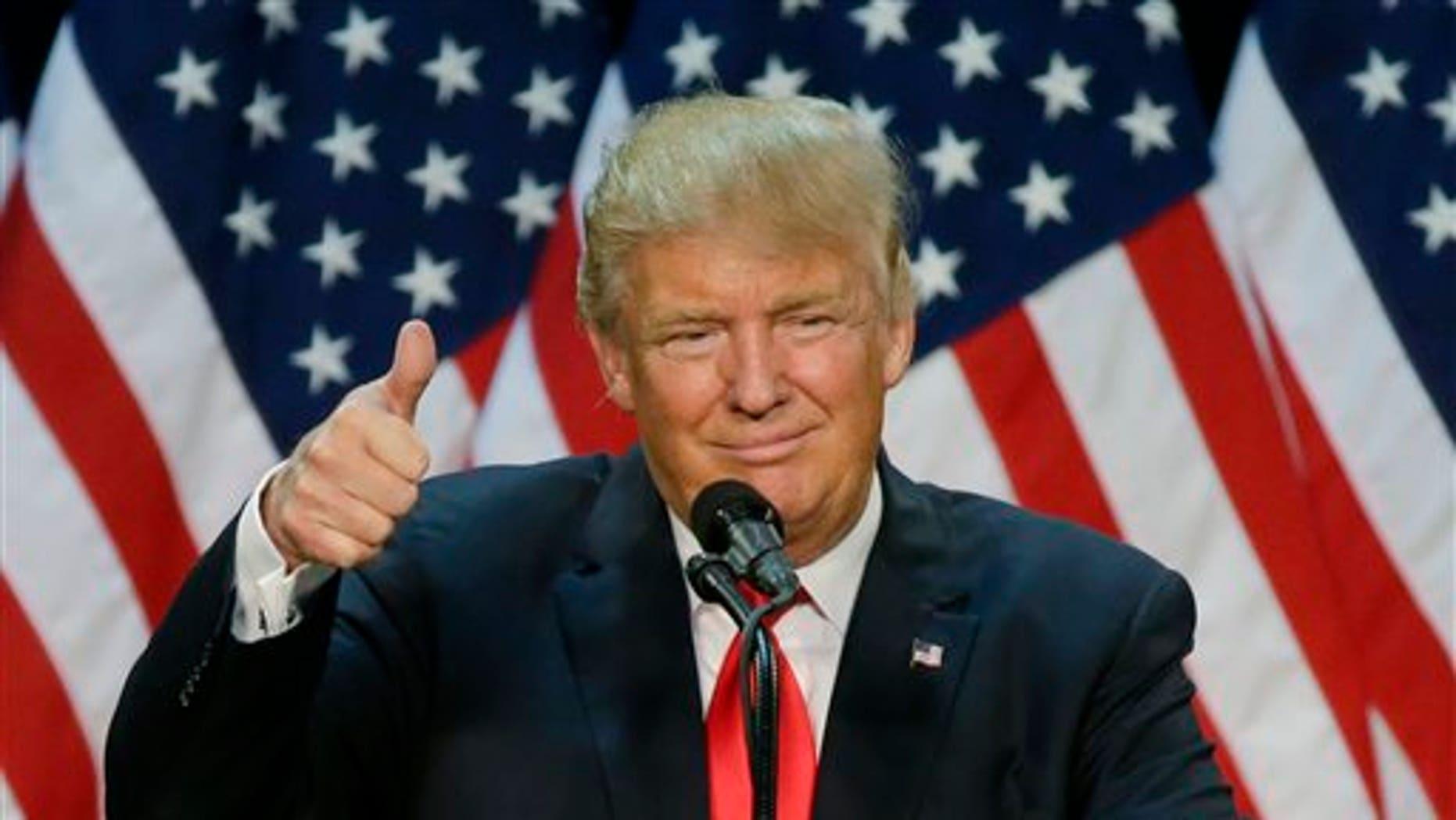 ARCHIVO- En imagen de archivo del viernes 6 de mayo de 2016, el precandidato republicano a la presidencia Donald Trump habla durante un acto de campaña en Eugene, Oregon. Trump ganó las elecciones primarias en Oregon, con lo que se acerca a 76 delegados de asegurar la nominación del partido. (AP Photo/Ted S. Warren, File)