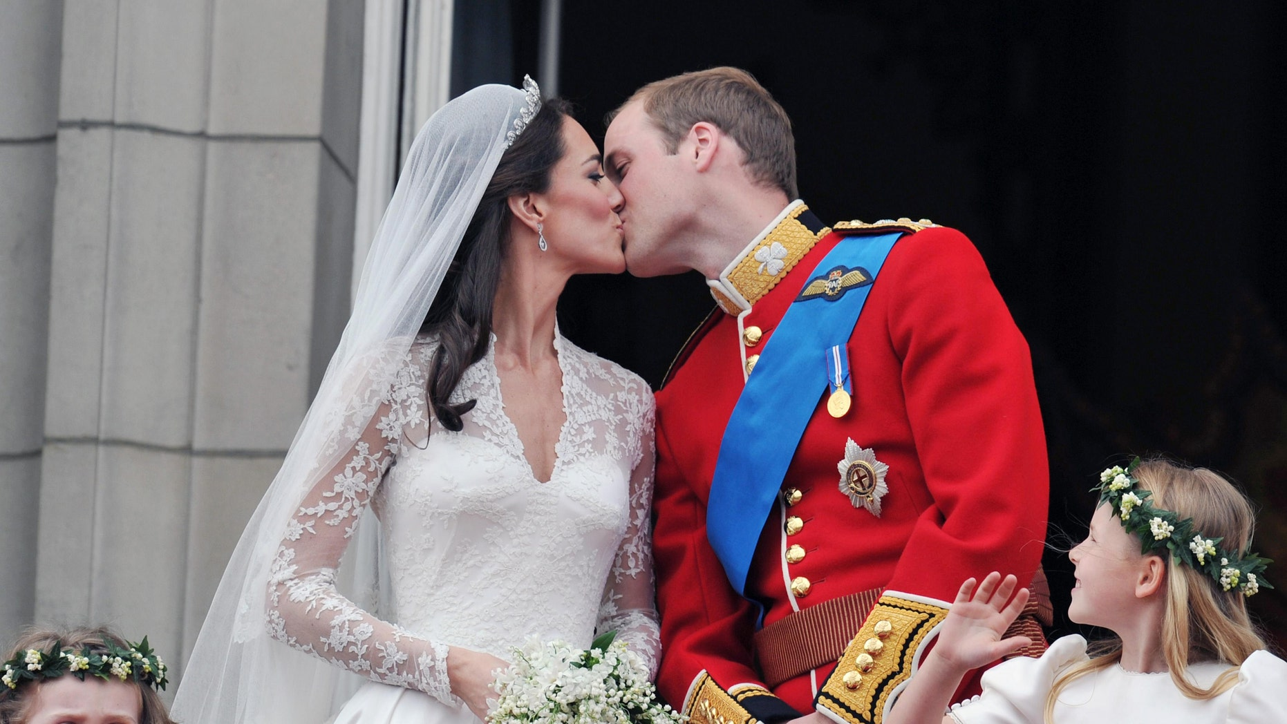 Britain's Prince William and his wife Catherine, Duchess of Cambridge kiss on the balcony of Buckingham Palace, following their wedding at Westminster Abbey in London April 29, 2011.