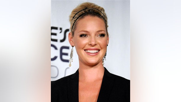 """** FILE ** In this Jan. 7, 2009 file photo, Katherine Heigl poses backstage with the favorite comedy movie award for """"27 Dresses"""" at the 35th Annual People's Choice Awards in Los Angeles. (AP Photo/Chris Pizzello, file)"""