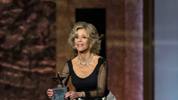 Actress Jane Fonda accepts the American Film Institute's 42nd Life Achievement Award at the Dolby theatre in Hollywood, California June 5, 2014.   REUTERS/Mario Anzuoni  (UNITED STATES - Tags: ENTERTAINMENT) - RTR3SGRC