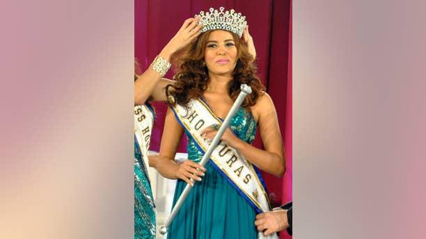María José Alvarado es coronada Miss Honduras en San Pedro, Sula, Honduras, en una fotografía del 26 de abril de 2014. Alvarado y su hermana Sofía desaparecieron tras ir a una fiesta de cumpleaños en el oeste de Honduras el jueves 13 de noviembre de 2014 y fueron halladas muertas seis días después. La reina de belleza participaría en Miss Mundo en diciembre. (Foto AP)
