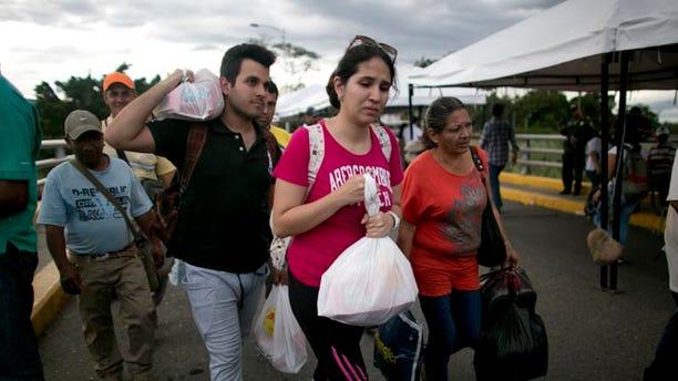 Venezuelans return through the Simon Bolivar bridge in Cucuta, Colombia, July 17, 2016.