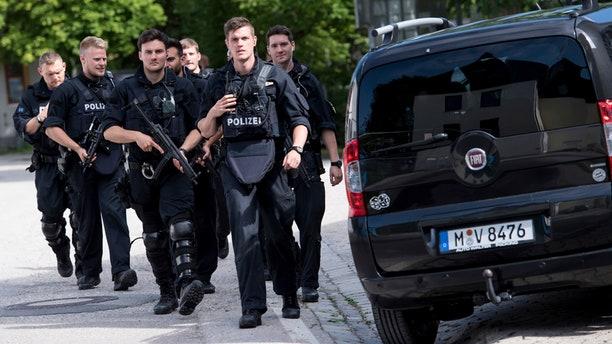 Policías llegando a una estación de metro en Múnich, Alemania, el martes 13 de junio de 2017. (Sven Hoppe/dpa via AP)