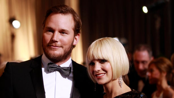 """Actor Chris Pratt from the best picture nominated film """"Moneyball"""" and his girlfriend actress Anna Faris arrive at the 84th Academy Awards in Hollywood, California, February 26, 2012.   REUTERS/Lucas Jackson   (UNITED STATES) (OSCARS-ARRIVALS) - RTR2YIDY"""