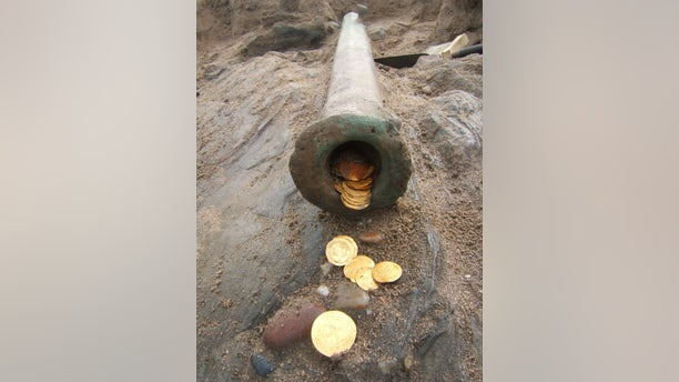 Gold coins and a cannon discovered in the Namibian shipwreck (Dieter Noli)