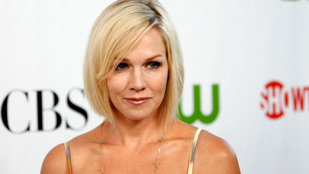 Actress Jennie Garth poses at a CBS, CW, CBS Television Studios and Showtime party for the Television Critics Association Cable summer press tour at the Huntington Library in San Marino, California August 3, 2009. REUTERS/Mario Anzuoni   (UNITED STATES ENTERTAINMENT) - RTR26E15