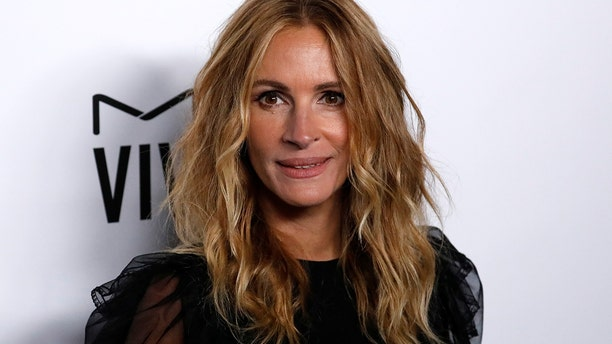 Julia Roberts poses at the eighth annual amfAR Gala Los Angeles in Beverly Hills, California, U.S., October 13, 2017.