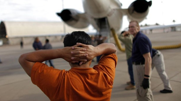 A Guatemalan illegal immigrant prepares to board a plane during his deportation process in Phoenix, Ariz., July 10, 2009. (Reuters Photo)