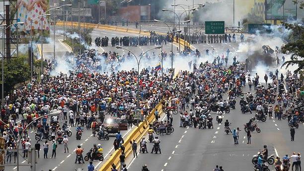 Demonstrators clash with riot police while ralling against Venezuela's President Nicolas Maduro's government in Caracas, Venezuela April 10, 2017.