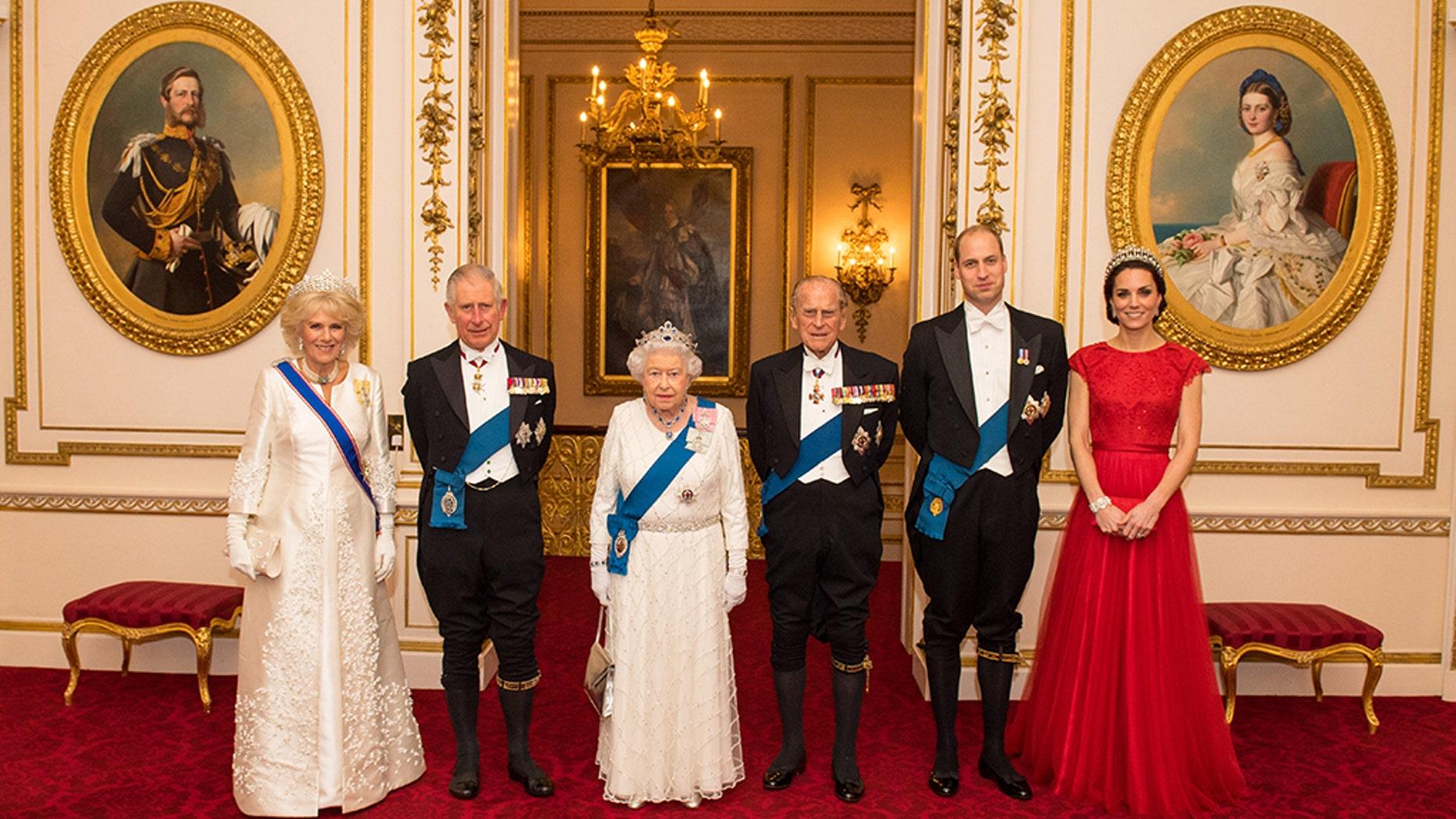 نتيجة بحث الصور عن Queen Elizabeth + Buckingham Palace