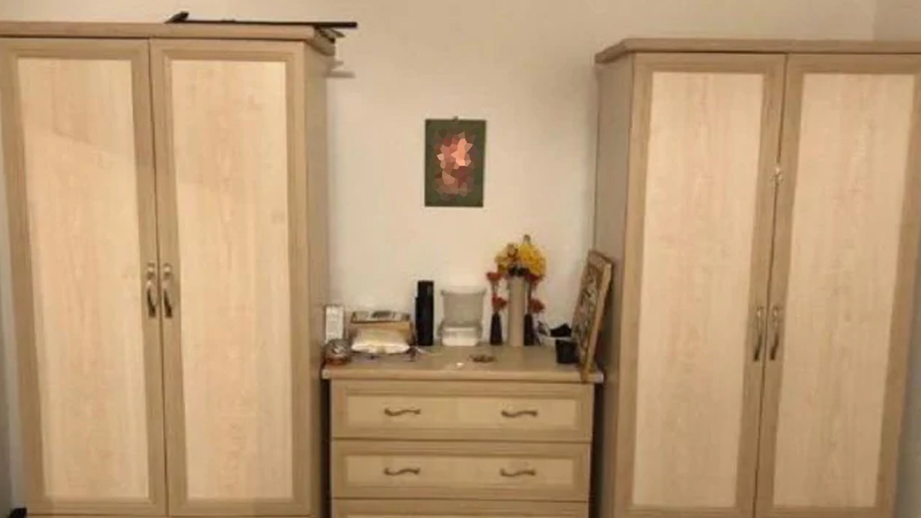 Woman Selling Furniture Online Accidentally Shares Photo Of Naked