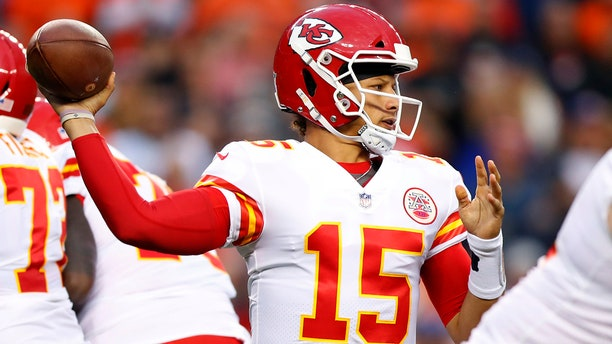 Patrick Mahomes dazzles with left-handed pass on Kansas ...