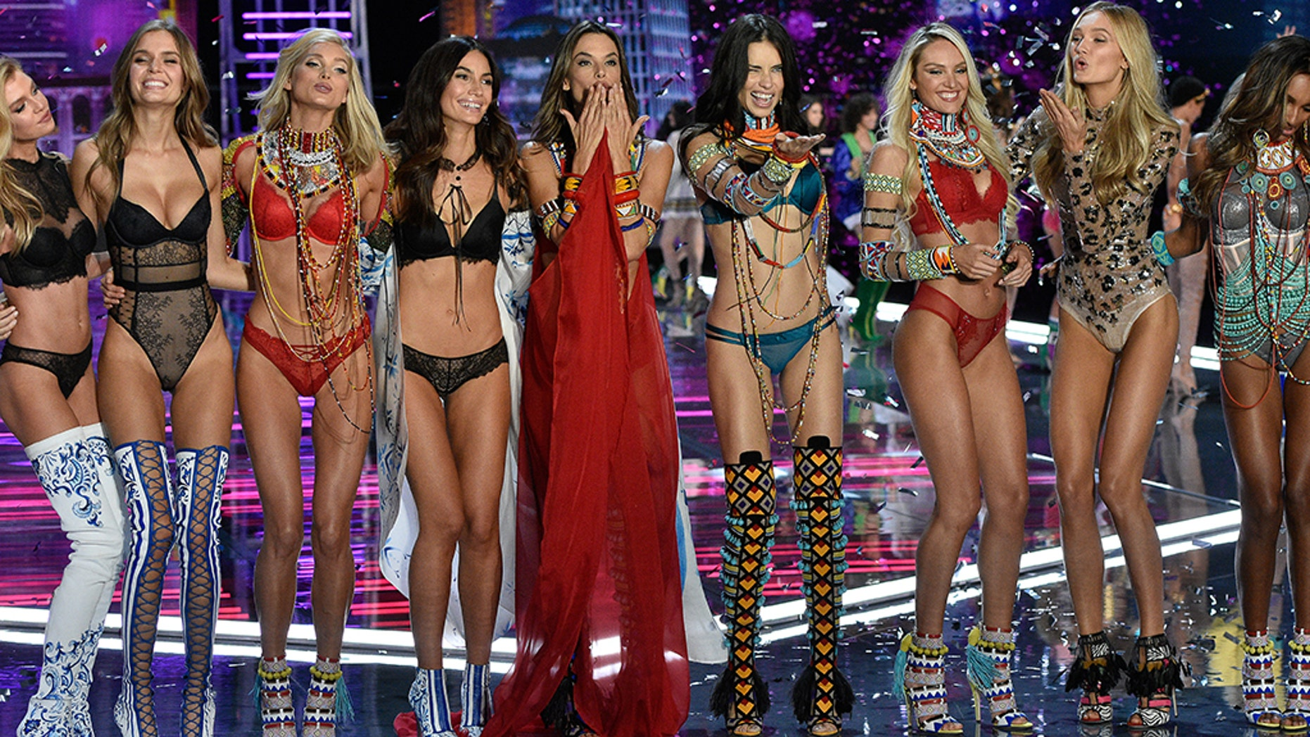 2018 Victoria S Secret Fashion Show Models Performers Air Date And
