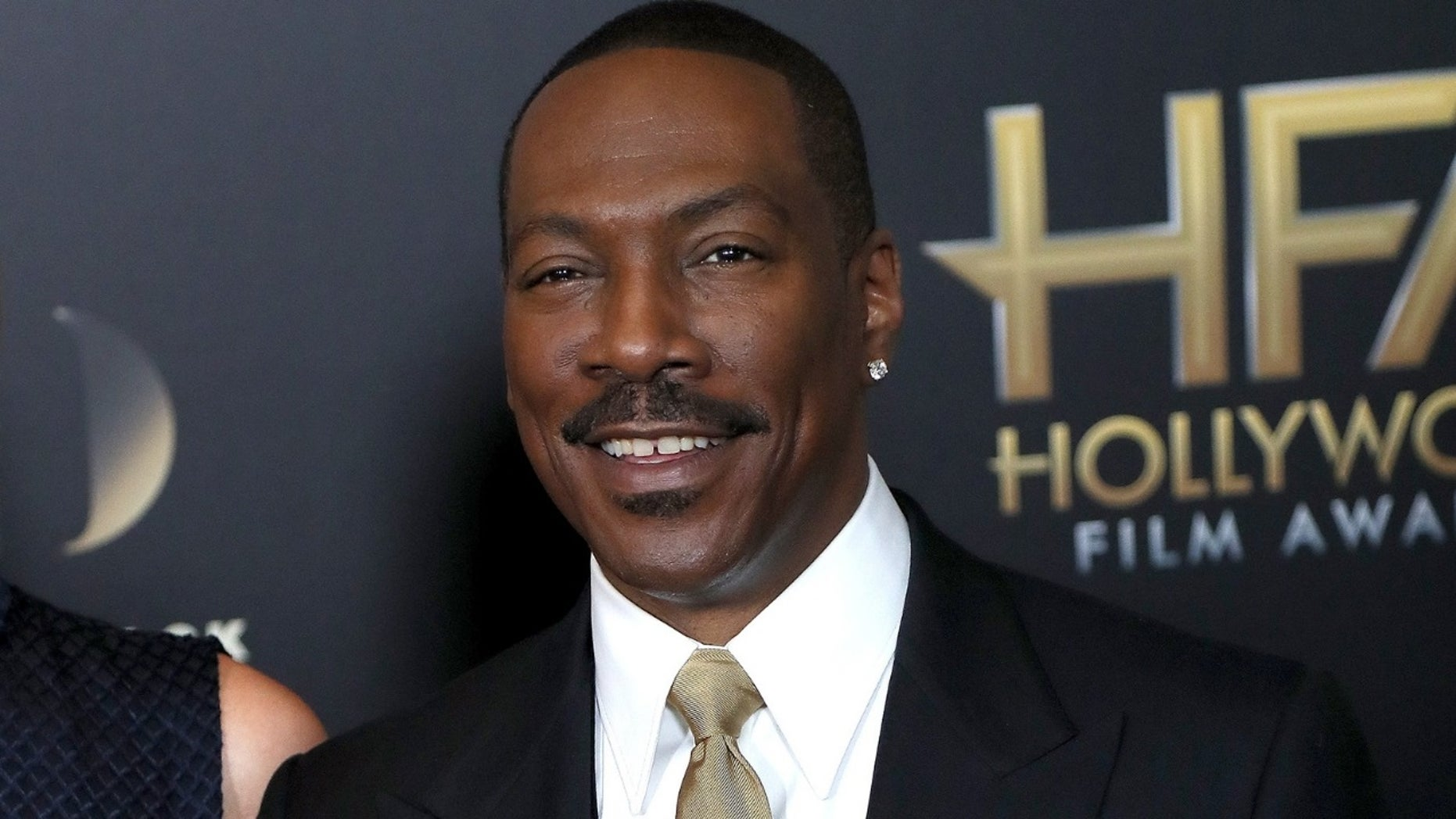 Eddie Murphy Poses With His 10 Kids For Christmas