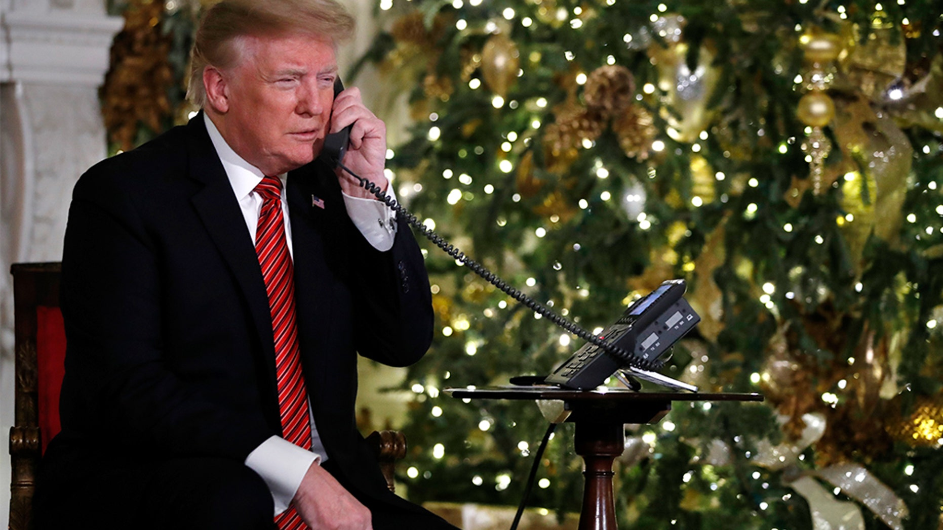President Donald Trump talks on the phone to provide updates to follow Santa&#39;s moves by the North American Aerospace Defense Command (NORAD) on Christmas Eve, Monday, December 24, 201[ads1]8. (AP Photo / Jacquelyn Martin) [19659002] President Donald Trump talks on the phone to provide updates to follow Santa Tracker&#39;s movements at the North American Aerospace Command (NORAD) on Christmas Eve, Monday, December 24, 2018. (AP Photo / Jacquelyn Martin) <!----></p> </div> </div> </div> <p class=