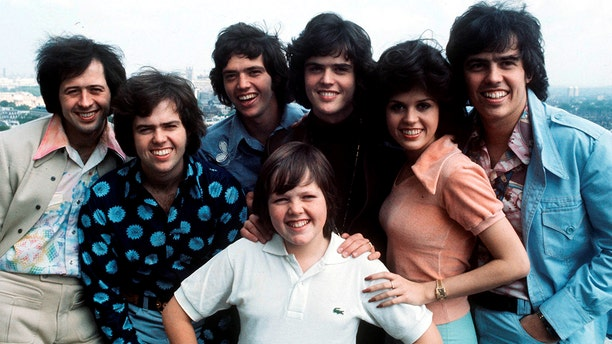 The Osmonds, group portrait, London, 28th May 1975, L-R Wayne Osmond, Merrill Osmond, Jay Osmond, Jimmy Osmond, Donny Osmond, Marie Osmond, Alan Osmond. (Photo by Michael Putland/Getty Images)