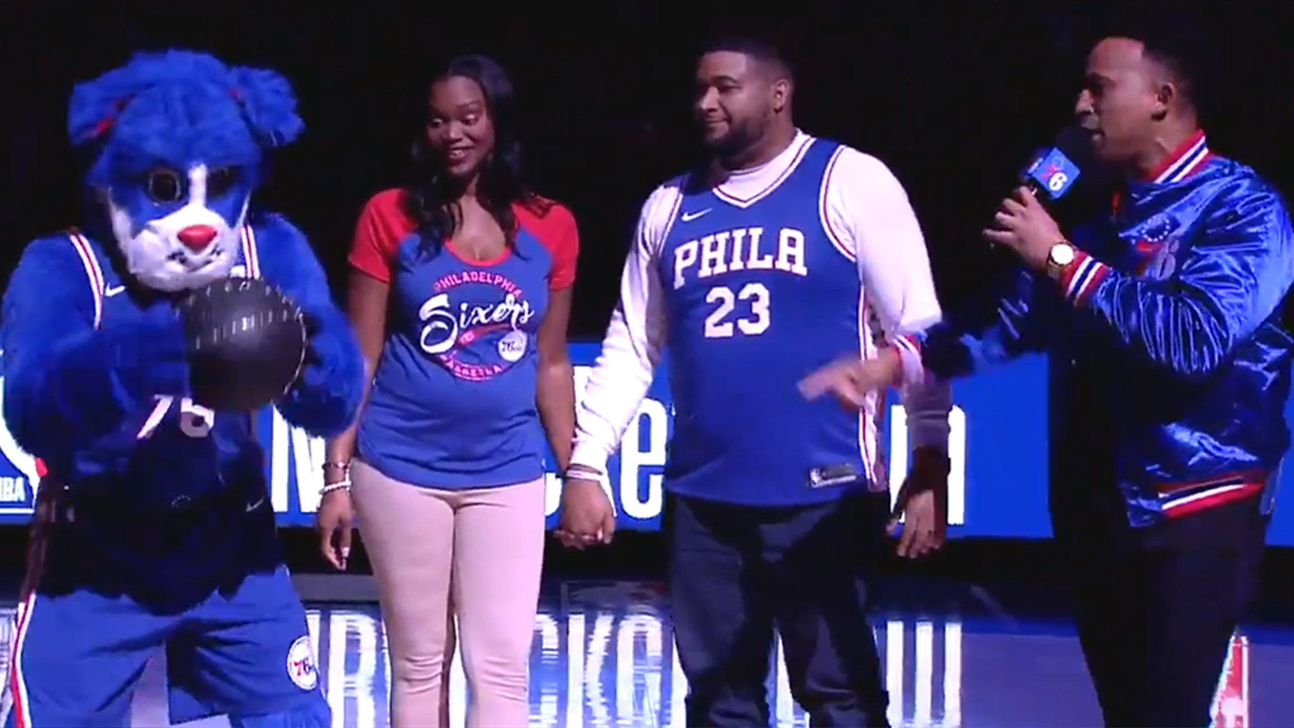 An expecting couple got a bit of help unveiling the gender of their baby from the Philadelphia 76ers.