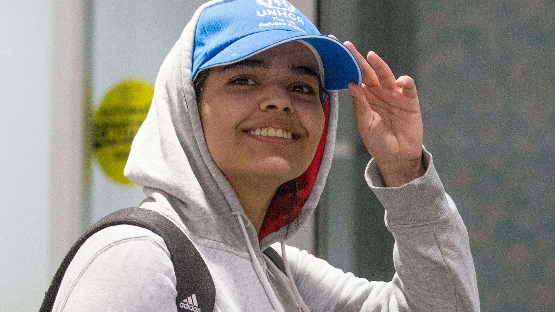 Rahaf Mohammed Alqunun, de 18 años, fue visto sonriendo mientras salía por una puerta en el aeropuerto de Toronto después de una semana dramática en la que vio su vuelo. su familia mientras visitaba Kuwait y luego se dirigía a Bangkok, Tailandia.