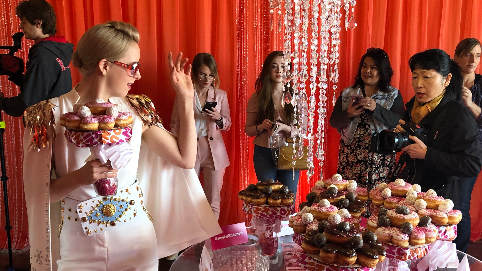 Dunkin' embellished out a matrimony chapel in las Vegas Wednesday afternoon to offer coffee lovers a possibility to get married surrounded by their favorite treats -- and a doughnut bouquet.
