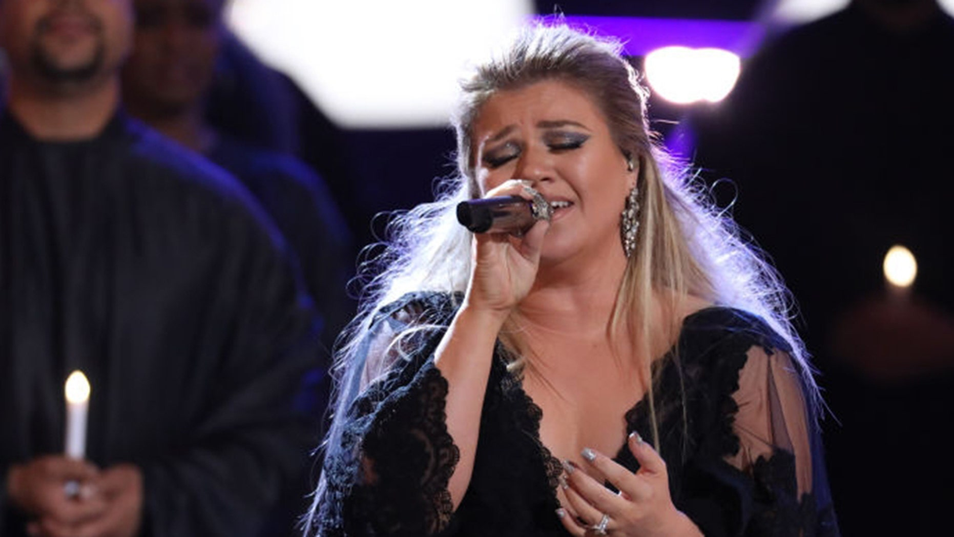 """Kelly Clarkson stunned the crowd with her """"Shallow"""" rendition at her concert in Green Bay, Wisconsin."""