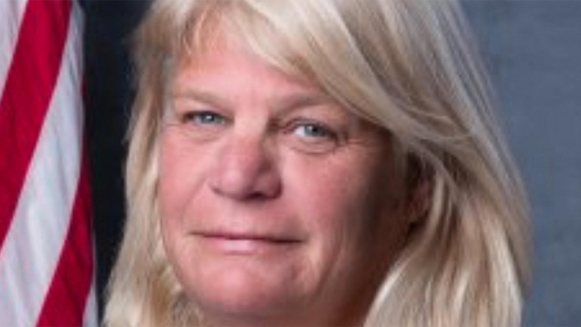 Kommissaris van Madeira Beach City Nancy Oakley het haar bedanking ingedien nadat die Florida-kommissie op Etiek beweer sy het 'n ander stadsbeampte se gesig en nek gelek voordat hy hom gekwel het.