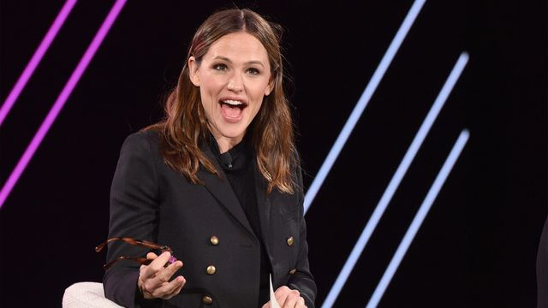 Jennifer Garner is trying to give you some Girl Scout Cookies