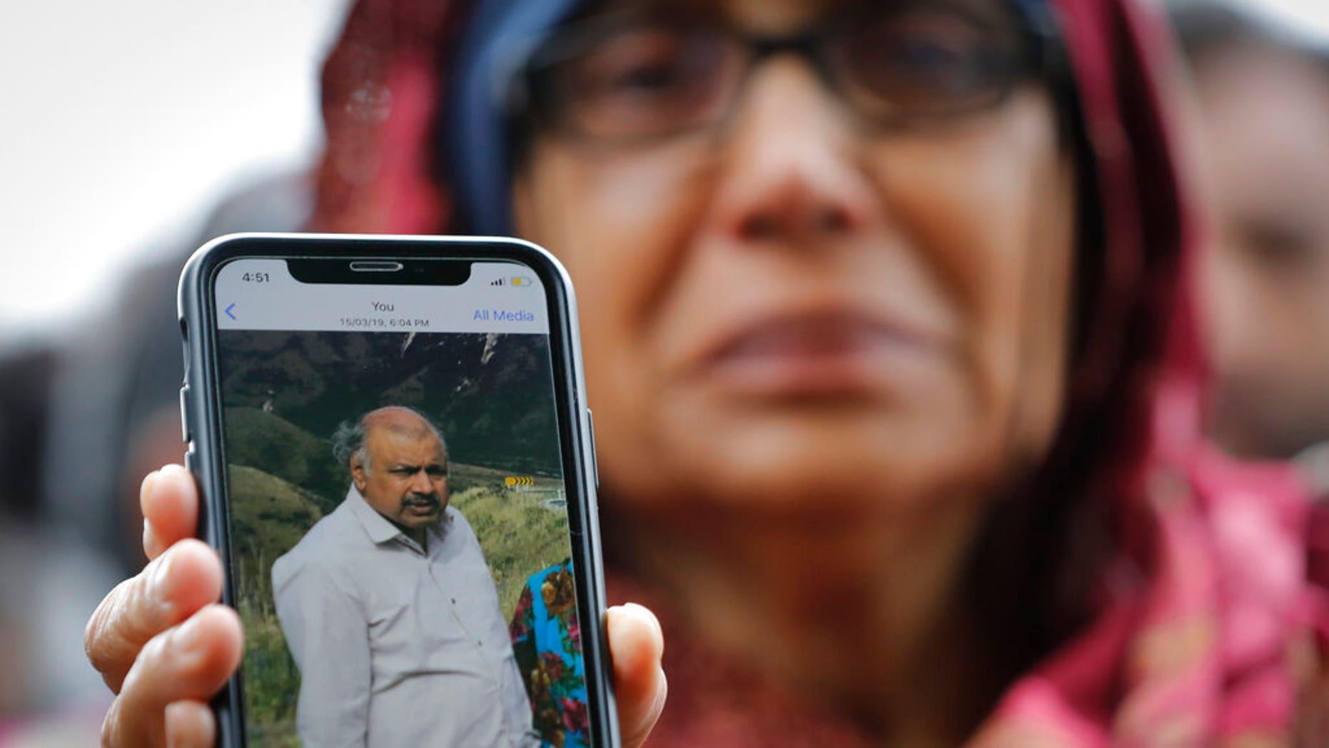 Ахтар Хохур, 58, показує фотографію свого зниклого чоловіка Мехабоббаха Хохара в інтерв'ю в сімейному інформаційному центрі в ці вихідні в Крайстчерчі, Нова Зеландія. (AP Photo / Vincent Thian)
