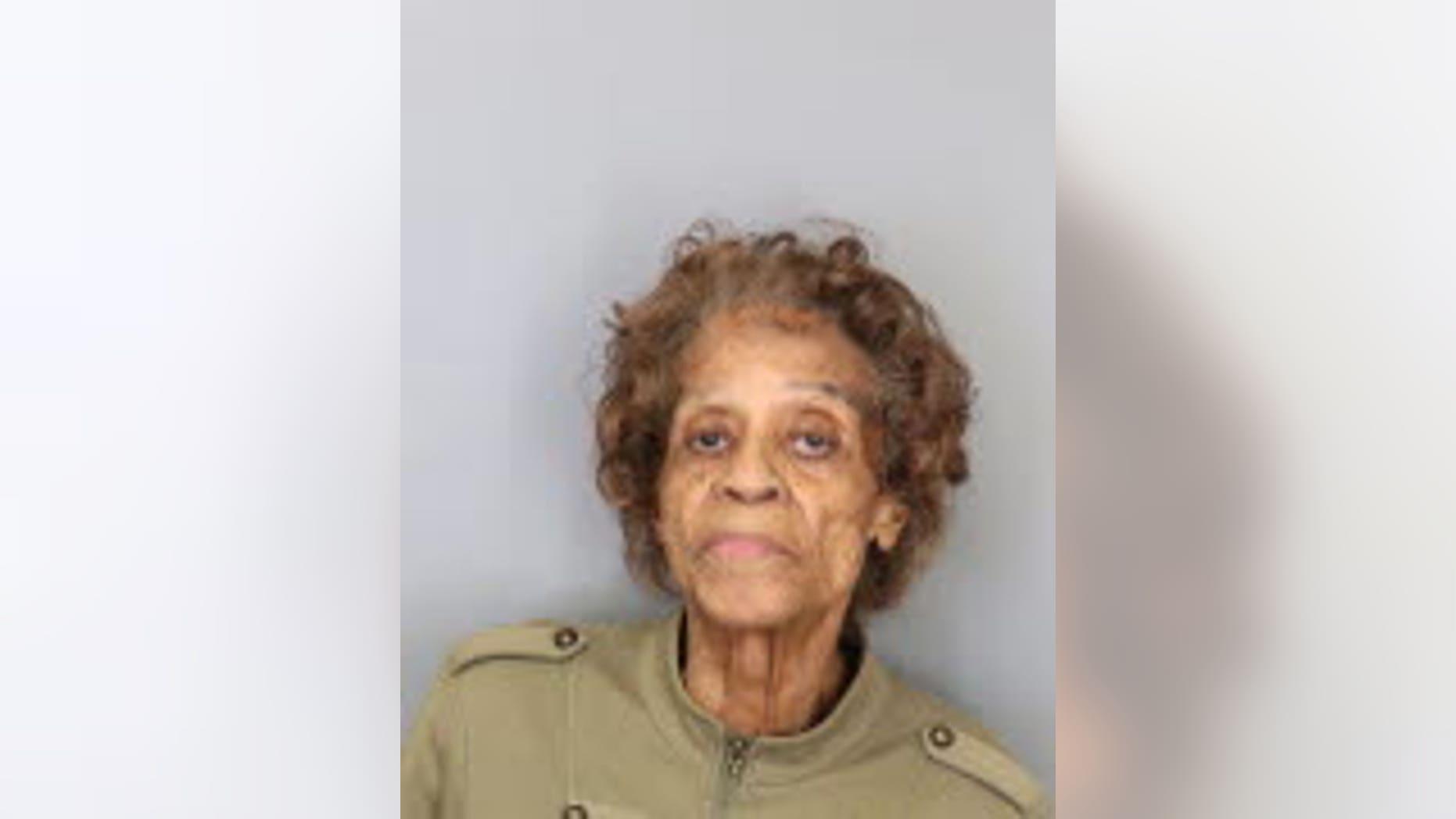 Bessie Bowen, âgée de 90 ans, a été arrêtée pour avoir apparemment pointé une arme à feu et menacé de tuer un voisin dans son jardin.