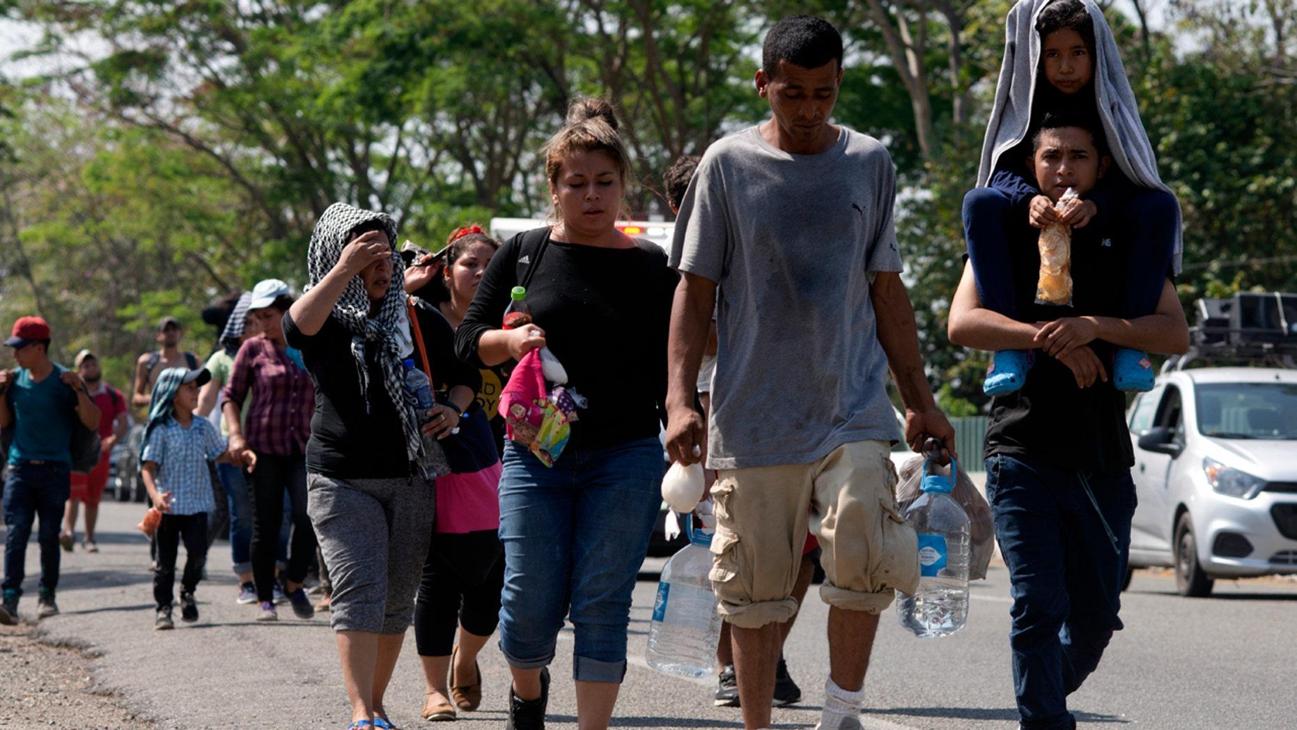 مهاجران امریکای مرکزی در یک جاده در Tapachula، Chiapas State، مکزیک، پنجشنبه. (AP Photo / Isabel Mateos)