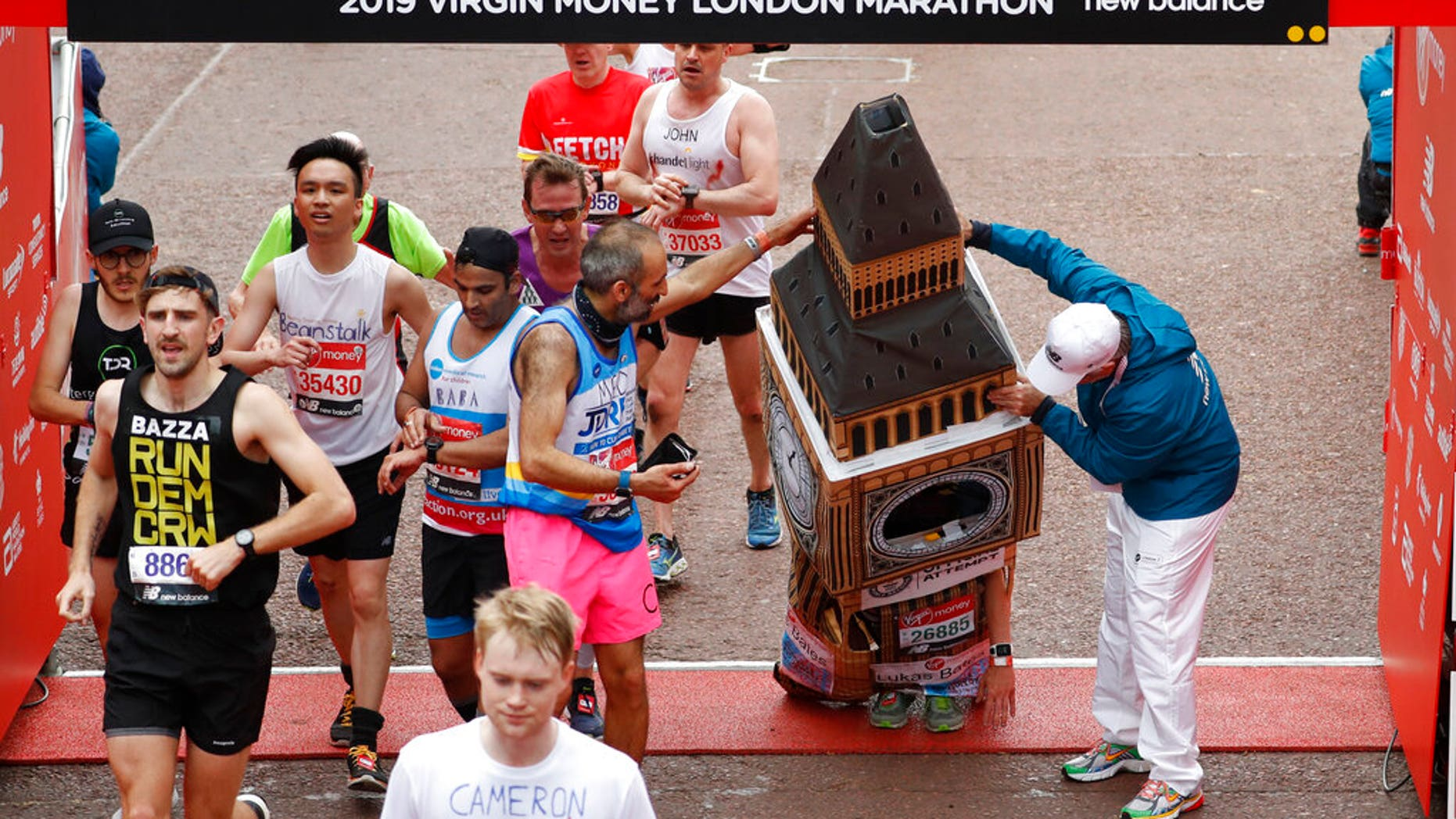"Lukas Bates, 30, raced to the finish line of the London Marathon on Sunday dressed as Big Ben. <br data-cke-eol=""1"">"