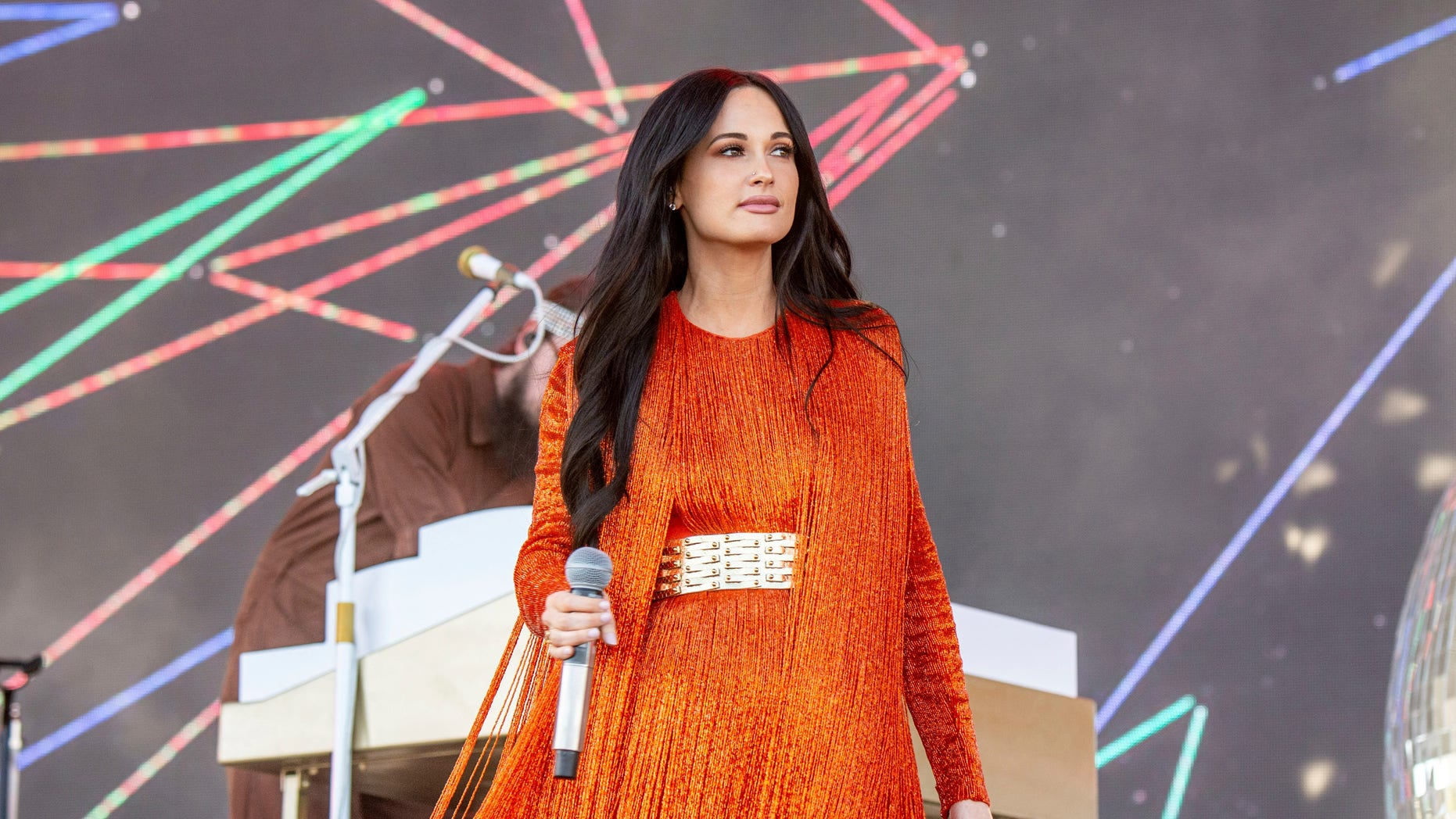 "Kacey Musgraves attempted to lead the crowd on a call-and-response ""yee-haw"" chant."